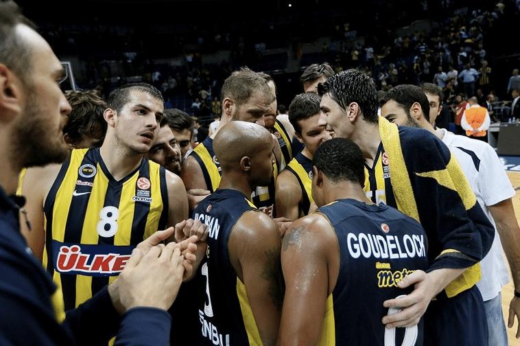 Fenerbahçe comemora o triunfo como se fosse até um título