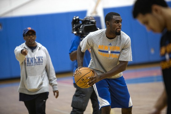 Tim Hardaway Jr. treina, Spike Lee observa e registra