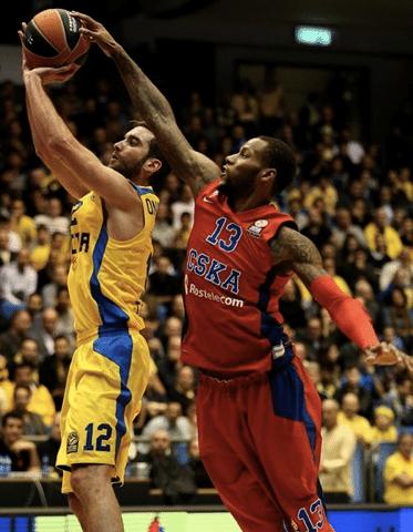 Sonny Weems bloqueia Yogev Ohayon: o CSKA já é favorito a jogar o F4 em Madri