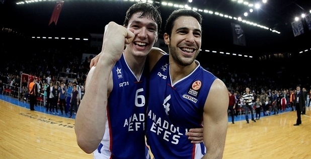Cedi Osman celebra com Dogus Balbay: grande promessa do basquete turco