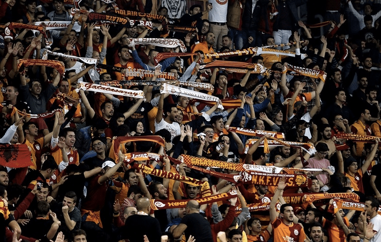 Torcida do Galatasaray apoia muito seu clube, mas também aponta para os rivais
