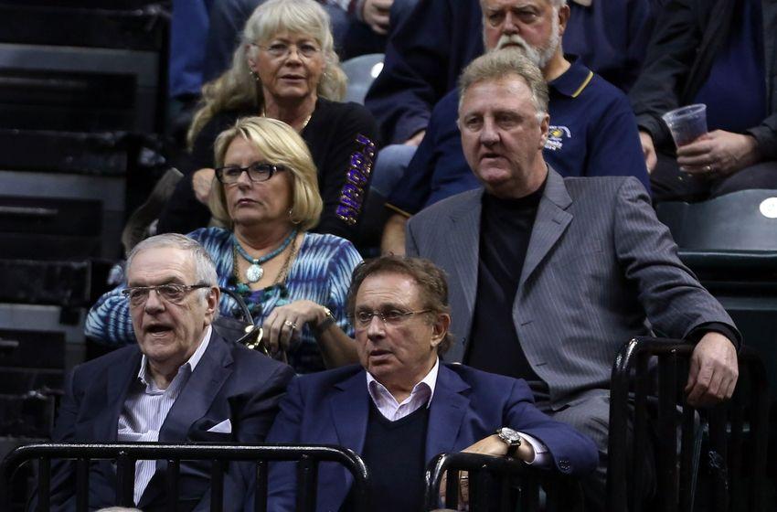 Em baixo: Donnie Walsh e o proprietário Herbie Simon. Acima, vocês sabem quem. Todos chatiados