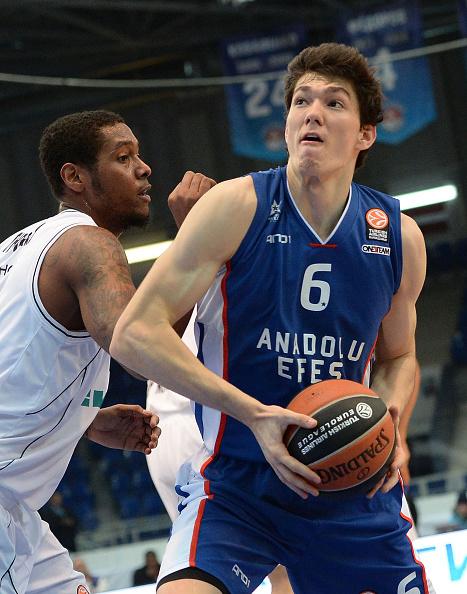 Cedi Osman, uma das grandes promessas do basquete turco. Olho nele