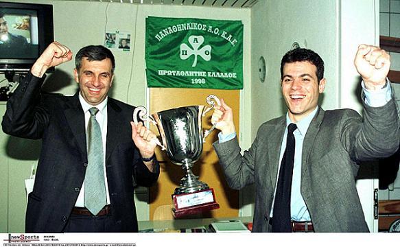 Obradovic e Itoudis comemoram Euroliga e título grego em 2000, no 1º ano de Panathinaikos