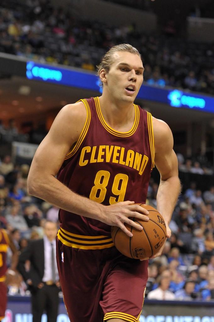 Lou Amundson: leão de treino, corre e briga por rebotes. Mas não dá para jogar