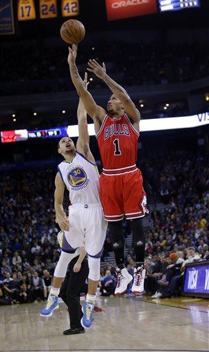 Mesmo que o chute não caia, Derrick Rose segue arremessando. A torcida do Bulls na expectativa