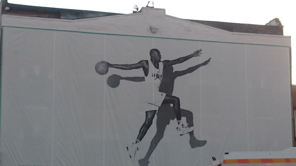 MJ nasceu no Brooklyn, como nos relembra o cartaz do outro lado da Flatbush avenue, de frente para a entrada principal do Barclays Center. Sua Alteza, porém, cresceu na Carolina do Norte e se formou como jogador por lá, antes de se mudar para Chicago e curtir a vida