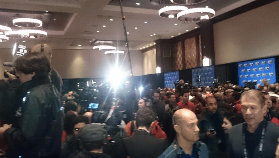 É muita gente para uma sala só de conferência