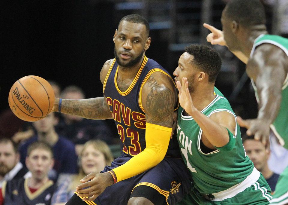 """Não deixa de ser irônico que LeBron volte aos playoffs pelo Cleveland justamente contra o Boston Celtics, o time que os eliminou em 2010: um revés de impacto, que levou o astro a repensar os rumos da carreira, """"levando seus talentos para South Beach"""". Agora volta mais maduro e consagrado. Mas a pressão na cidade é a mesma"""