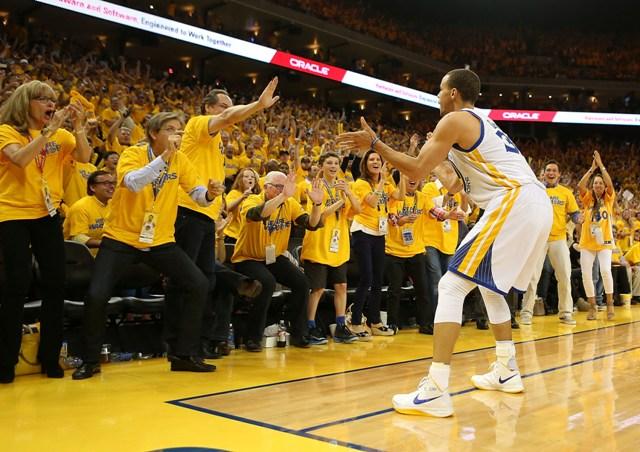Curry rege uma torcida fanática, que agora pode soltar a voz