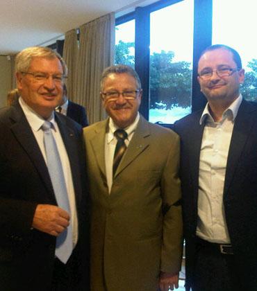 Yvan Mainini, presidente da FIBA e Patrick Baumann. Entre eles, Carlos Nunes