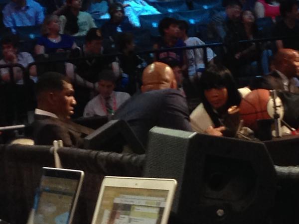 Looney: sozinho na green room. Mas salvo pelo Warriors no final