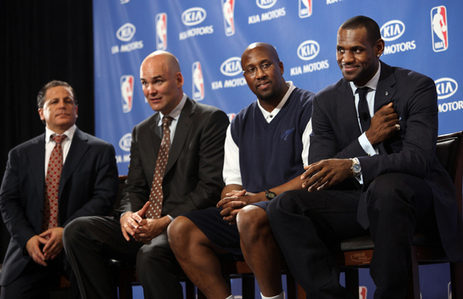 Dan Gilbert, Danny Ferry, Mike Brown, LeBron James: sobraram dois
