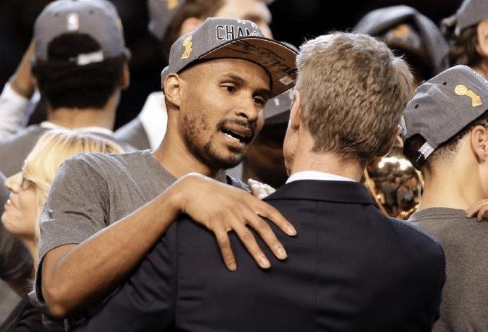 Leandrinho e Steve Kerr: o título não saiu pelo Phoenix Suns. Mas veio após 12 anos na liga