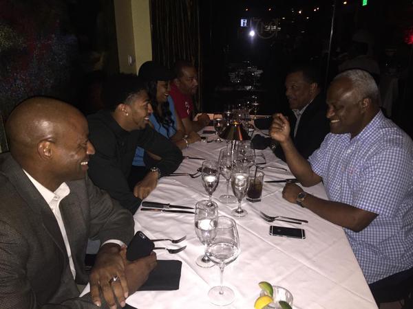 O Monocelha janta com a família, o agente, o GM Dell Demps e seu novo técnico Alvin Gentry. Quem será que pagou a conta? Ala-pivô do Pelicans se torna o jogador mais bem pago da NBA, por enquanto
