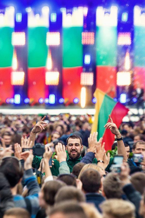 Não tenham dúvida: Valanciunas já é reverenciado na Lituânia e, segundo todos os relatos em Toronto, é um rapaz muito bacana, humilde e que sente imenso prazer em jogar por sua seleção nacional. Merece todo esse carinho do retorno para casa após o EuroBasket