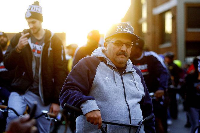 """(Em outubro do ano passado, SVG e alguns jogadores do Pistons saíram para um passeio de bicicleta pela cidade, o """"Slow Roll Detroit"""", gerando essa foto que é pura comédia sem intenção, popularizando o personagem que viria a ser conhecido carinhosamente como 'Notorious SVG'. Os caras não perdem a piada)"""