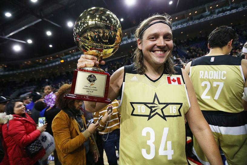 (Parêntese: entre as celebridades basqueteiras, o grandão Win Butler é autêntico. No All-Star em Toronto, dominou a pelada da sexta e foi eleito MVP. Drake? Que Drake?!)