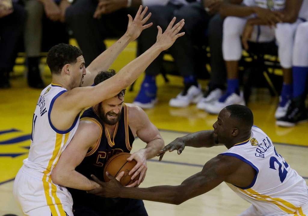 kevin-love-post-double-cavs-warriors