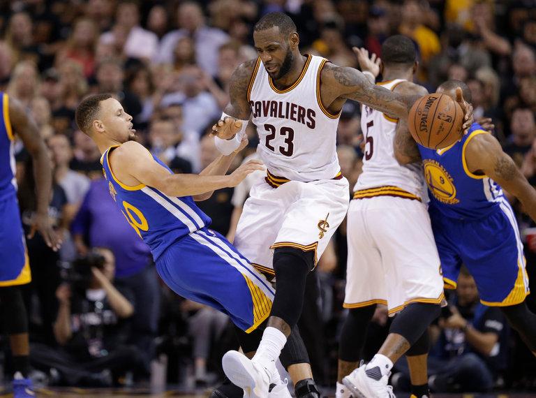Curry tem sobrado com LeBron em muitas posses. Não está sabendo lidar com a situação