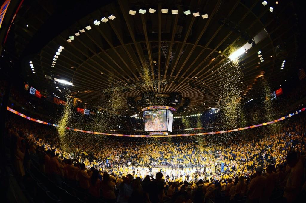 Ao final do Jogo 2, em 2015, a Oracle Arena não estava tão festiva assim