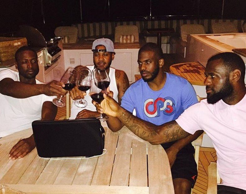 Lembram aquele papo de LeBron? De encerrar a carreira jogando ao lado dos compadres CP3, Melo e Wade? Seria a única alternativa de competitividade para a liga hoje? Mas é algo que seria possível apenas em 2017, a não ser que 1) Wade já tope jogar por uma mixaria em Cleveland agora; 2) o Knicks trocasse Melo por Kevin Love; 3) o Cavs trocasse Irving por Chris Paul. Difícil, hein?