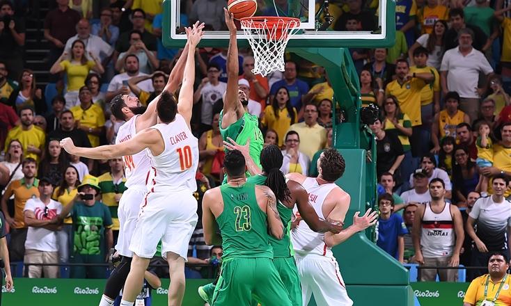 Marqinhos-tapinha-cesta-vitoria-espanha-basquete