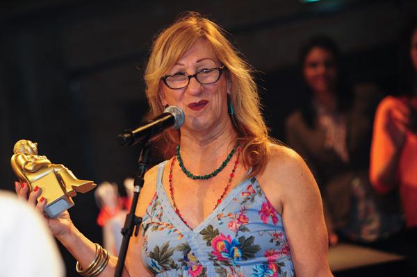 laerte recebendo o prêmio para angeli, artista homenageado