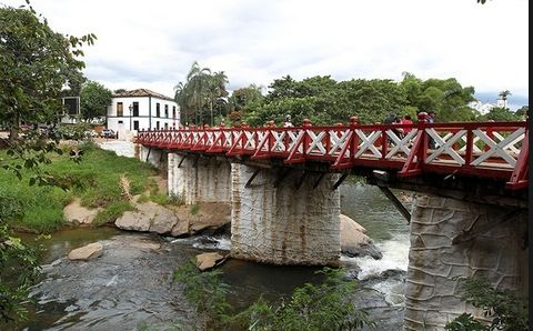 Devido ao cuidado com nascentes e esforço da população, o rio das Almas corre com águas límpidas dentro de Pirenópolis. Foto: UOL