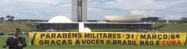 Bolsonaro com a faixa que patrocinou: muitos cliques e dois apoios de deputados. Foto extraída da revistaforum.com.br