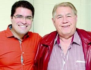 Newtinho, como é chamado, ao lado do pai: o herdeiro quer se enturmar em Brasília. Foto: divinews.com