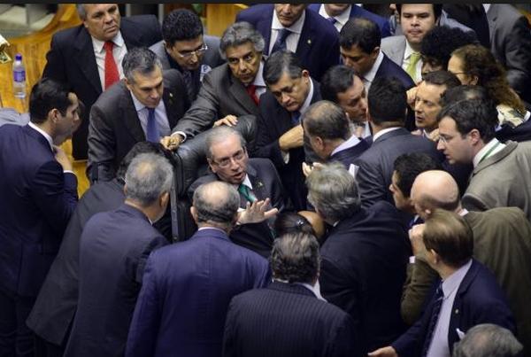 Deputados reúnem-se em torno de Cunha na Mesa Diretora, em dia de votação da reforma