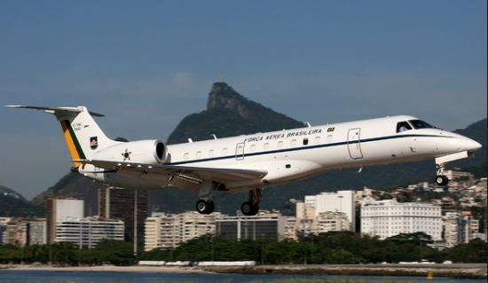 Jato da FAB aterrissa no Aeroporto Santos Dumont. Os ministros usam os modelos ERJ 135 (foto) e os Learjet