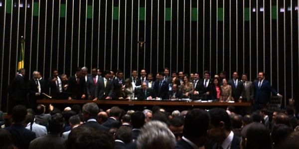 Jovens deputados se aglomeram ao redor de Cunha para comemorar a emenda.