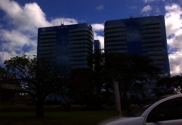 A torre (E) alugada pela PGFN - atrás dela, torre idêntica foi requisitada pela DPU: R$ 1,4 milhão de aluguel.
