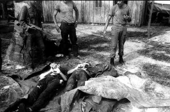 Corpos de guerrilheiros eliminados durante o confronto, observados por militares. Foto: Arquivo UnB