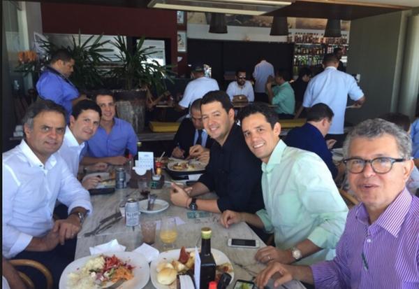 Aécio rodeado por tucanos de Pernambuco num restaurante no Recife, na sexta. Entre eles, Bruno Araújo (ao seu lado) e Daniel Coelho (camisa verde). Foto: psdb.org