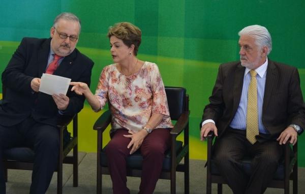 Berzoini (E) e Wagner com Dilma - A fila está grande na porta dos gabinetes. Foto: ABr