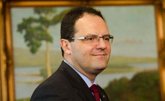 Ministro da Fazenda aposta no perfil conciliador para não virar alvo do PT