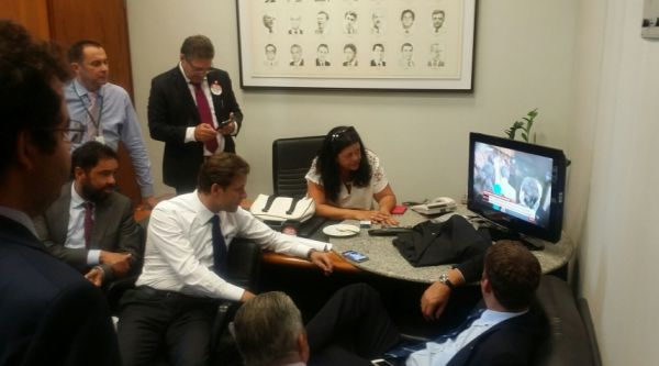 Deputados na liderança acompanhando o noticiário na TV, após a vitória