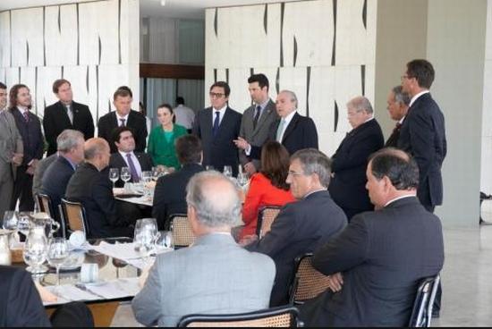 Parte da bancada do PMDB reunida com o vice-presidente Michel Temer, num dos encontros do ano passado. Foto: PMDB