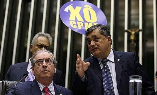 Cunha, sentado, com o líder do Governo na Câmara, José Guimarães (PT-CE) ao seu lado