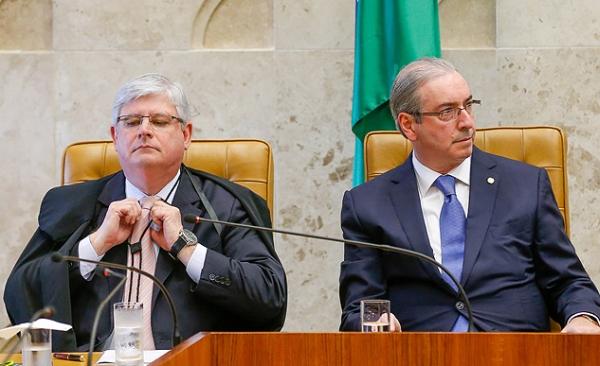 Cunha, visivelmente constrangido, dando as costas a Janot na cerimônia de hoje: ficou assim até o final. Foto: Folha/UOL