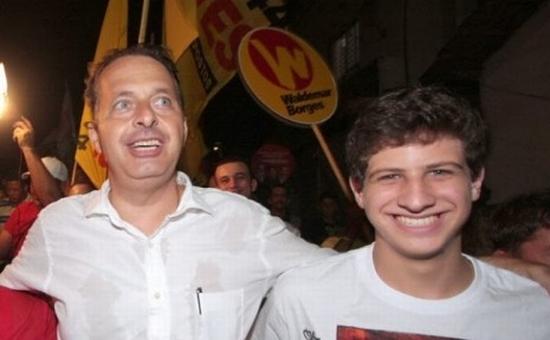 João, o primogênito, com o pai durante a campanha de 2014. Foto: Tribuna da Bahia