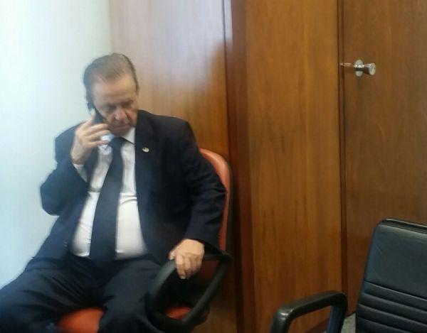 """O futuro ministro da SAC, Mauro Lopes, à espera de Picciani, que estava no """"reservado"""" - porta ao lado - lugar para conversas em off com aliados."""