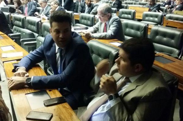 Picciani (E) e o ex-adversário na disputa pela liderança Hugo Motta dialogam no plenário da Câmara, na noite desta terça.