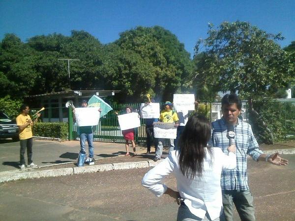 Manifestantes em frente à residência oficial do Senado