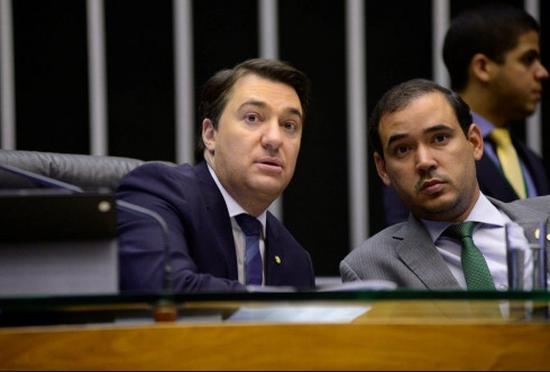 Giacobo (E), presidindo uma sessão no plenário há dias