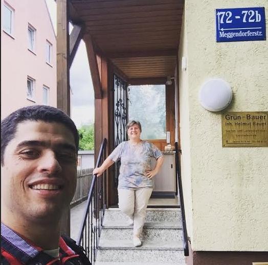 O advogado Luís Henrique com a vizinha, em Munique. Ele mora a 250 m do shopping