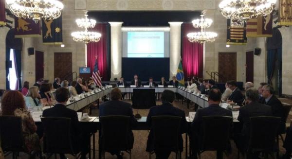O ministro, ao centro ao fundo, em reunião com executivos americanos